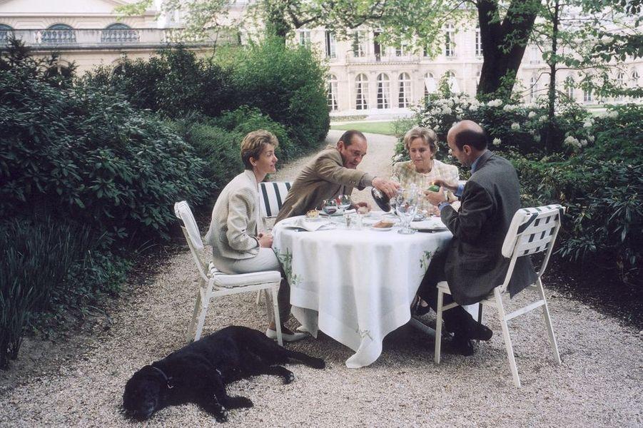 Diner dans les jardins de l'Elysée pour Jacques Chirac et son épouse, avec Alain Juppé et Isabelle