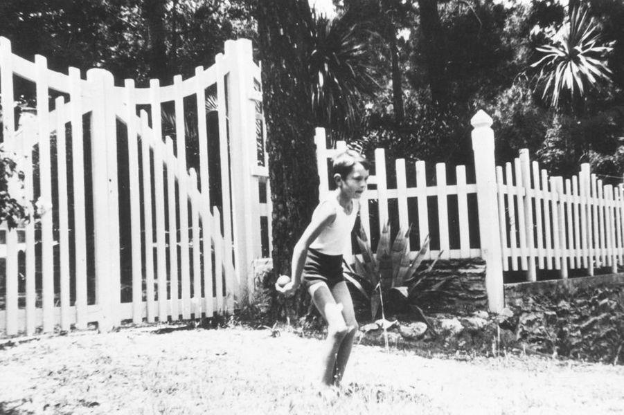 Jacques Chirac, 8 ans, joue à la pétanque dans le jardin de la villa de Rayol, près de Toulon