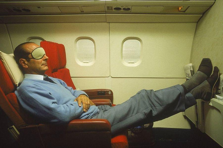 Jacques Chirac en pantoufles et masque sur les yeux à bord du Concorde l'emmenant en Nouvelle-Calédonie