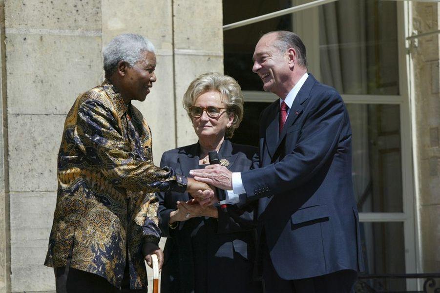 Jacques Chirac et Nelson Mandela se serrent la main à l'Elysée, juillet 2003