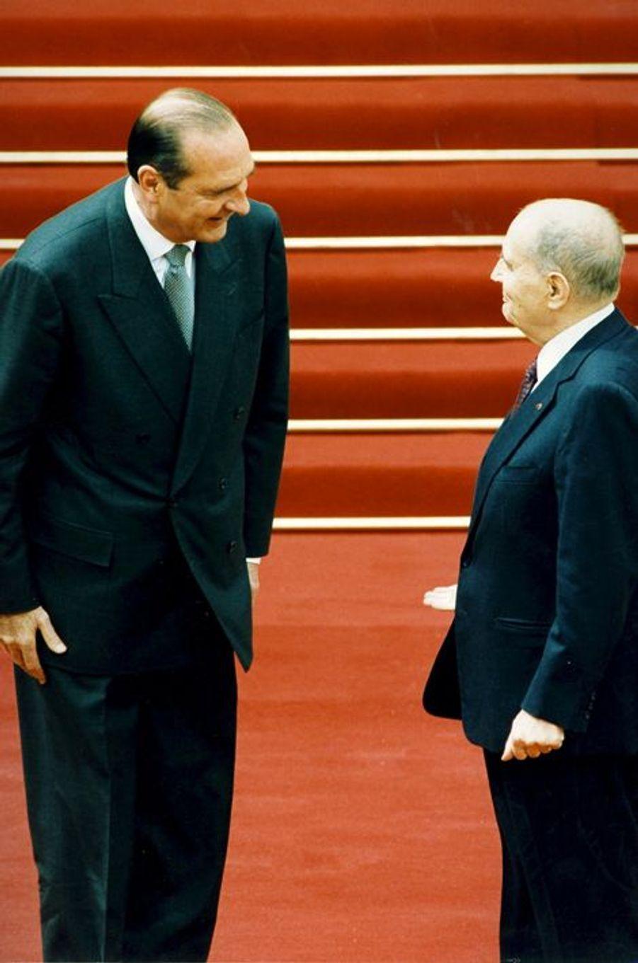 La passation de pouvoir entre François Mitterrand et le président élu Jacques Chirac à l'Elysée, mai 1995