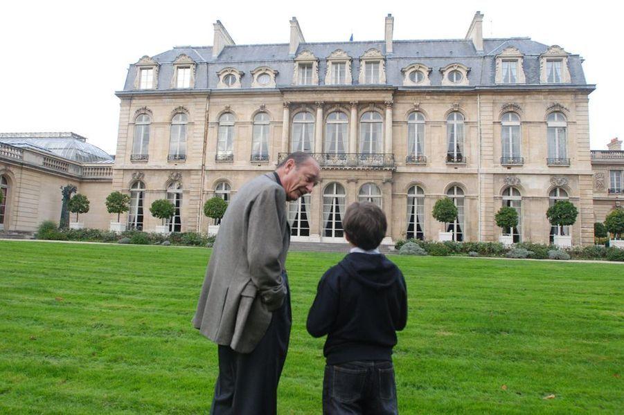 Le président Chirac se promène dans les jardins de l'Elysée avec son petit-fils Martin, 10 ans