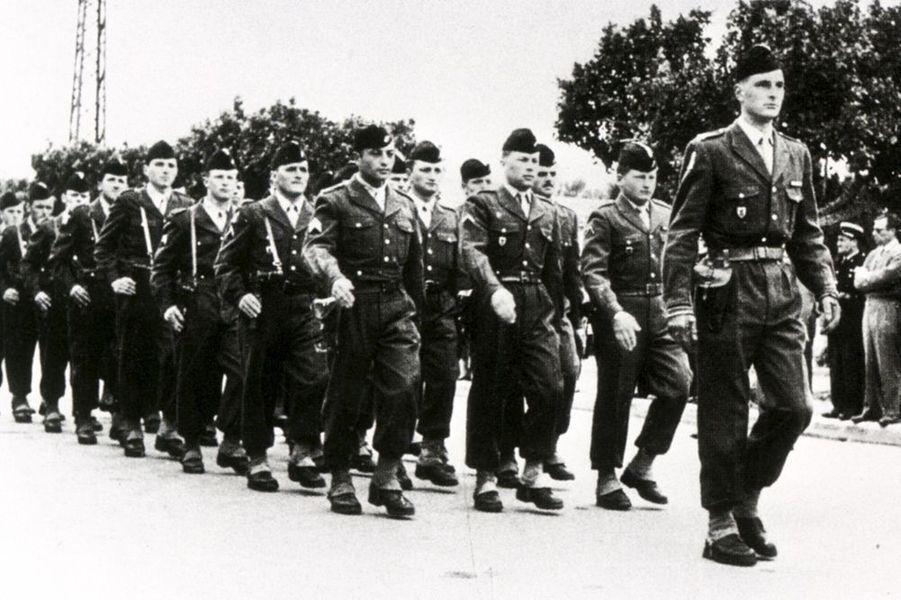 Le sous-lieutenant Jacques Chirac défile en tête du 3e peloton du 6e régiment de chasseurs d'Afrique