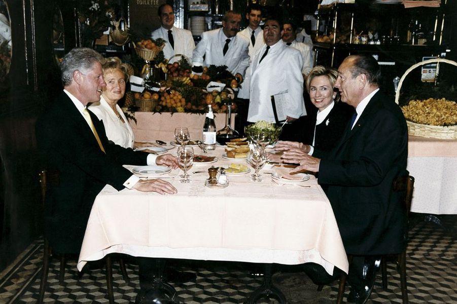 """Les Clinton et les Chirac dinent ensemble """"Chez l'ami Louis"""" à Paris,"""