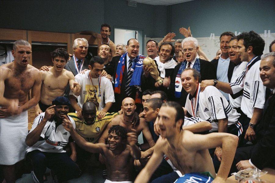 Les joueurs de l'équipe de France de football fêtent leur victoire à la Coupe du Monde 1998 dans les vestiaires en compagnie de Jacques Chirac