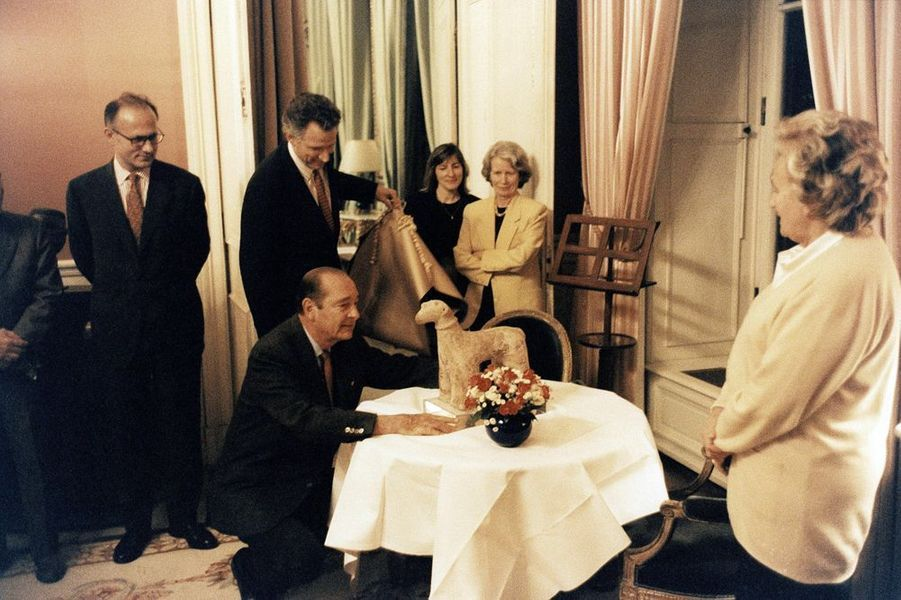 Pour le 64e anniversaire de Jacques Chirac, son épouse Bernadette et ses collaborateurs lui ont préparé une surprise en lui offrant une sculpture...