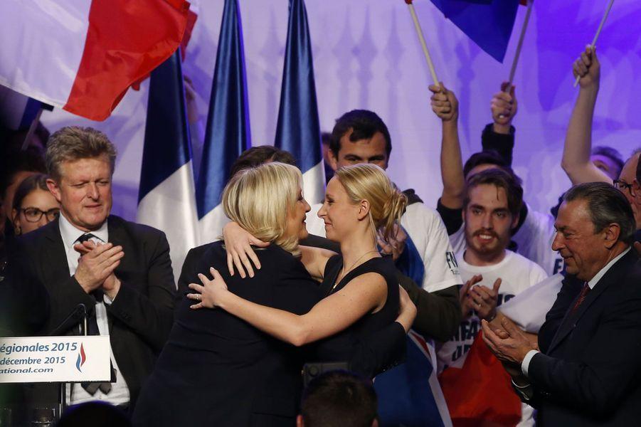 La tante et la nièce paraissent radieuses durant ce meeting parisien entre les deux tours des élections régionales. Au soir du premier tour, le Front national est arrivé en tête dans de nombreuses régions. Le parti d'extrême-droite rêve alors d'en conquérir deux, voire trois. Mais aucune ne tombera finalement dans son escarcelle.