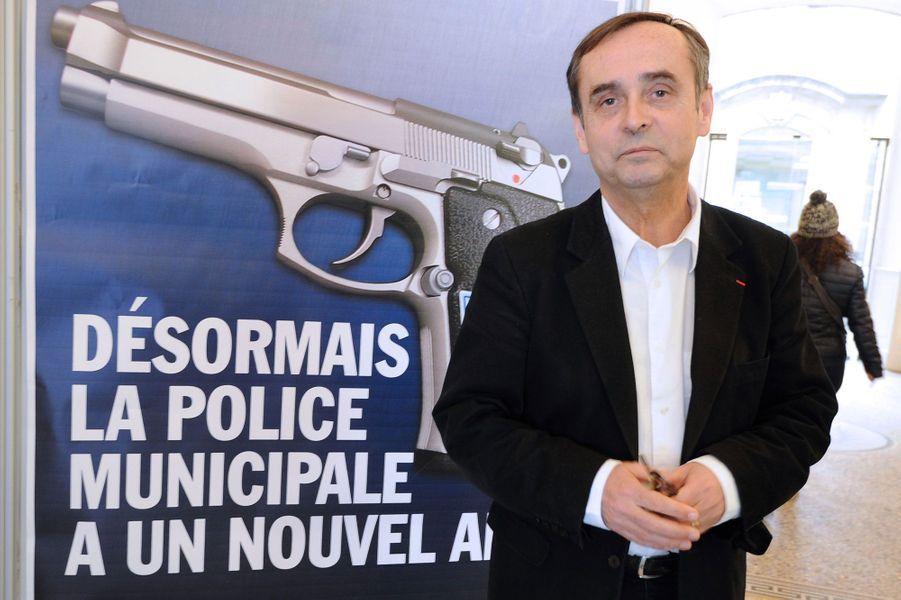 «La police municipale a un nouvel ami», clame l'affiche de la mairie de Béziers. Pour annoncer l'armement de ses «municipaux», la ville n'a pas choisi la subtilité, en placardant ce message pour le moins agressif. Robert Ménard, maire d'extrême-droite, champion du coup de com' polémique, assume entièrement : «C'est une affiche avec un message efficace. Elle annonce aux Biterrois que leur police est armée et travaille 24h/24. Elle dit juste ça et le dit de façon très claire.»