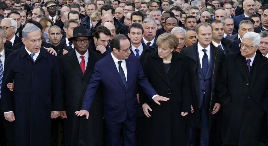 A la tête du cortège des chefs d'Etats, François Hollande ouvre la grande marche républicaine. Plusieurs dizaines de représentants de pays étrangers ont tenu à manifester leur solidarité.