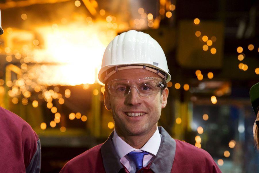 Le ministre de l'Economie visite une aciérie à Bonnières-sur-Seine. L'année 2015 aura été chargée pour Emmanuel Macron, qui a dû défendre son projet de loi «pour la Croissance, l'activité et l'égalité des chances économique», auquel il a prêté son nom. Avec un sens aigu de la provocation, il s'est imposé à 38 ans comme l'un des poids-lourds du gouvernement.