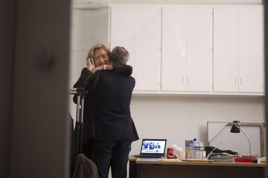 La photographe de Paris Match a pu saisir cet instant où la joie de Valérie Pécresse, qui vient de remporter la région Île-de-France pour la droite, s'exprime pleinement. L'ancienne ministre embrasse son mari, Jérôme.