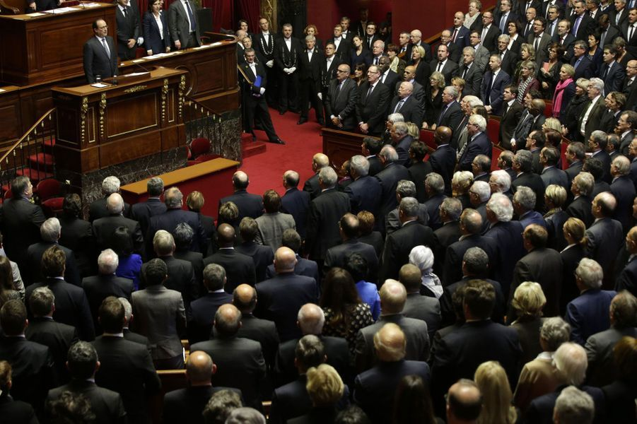 Députés et sénateurs entonnent «La Marseillaise», avec le président de la République, qui vient de s'adresser devant le Parlement réuni en Congrès.