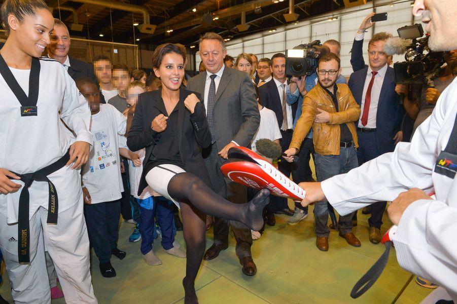 Image surprenante : la ministre de l'Education nationale fait la démonstration de son coup de pied, lors de la journée nationale du sport scolaire.