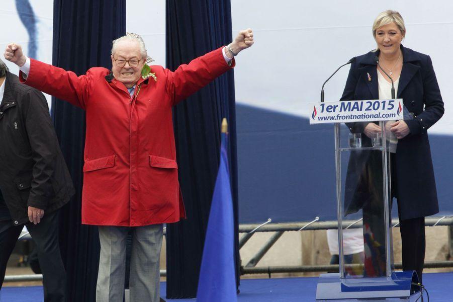 En imperméable rouge, Jean-Marie Le Pen était certain de ne pas passer inaperçu. En pleine crise interne au Front national, celui qui a multiplié les déclarations antisémites ou favorables au maréchal Pétain s'offre un moment de gloire, sous le regard embarrassé de sa fille, qui obtiendra finalement sa mise à l'écart du parti d'extrême-droite.