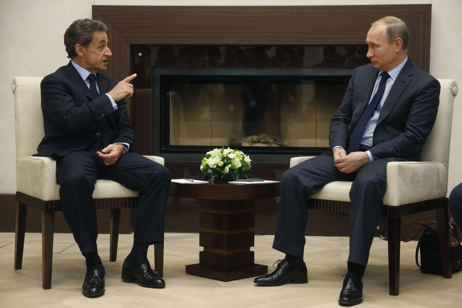 Avant que la France ne change d'attitude diplomatique vis-à-vis de Moscou après les attentats du 13 novembre, Nicolas Sarkozy s'était rendu en Russie pour y rencontrer le président Vladimir Poutine. «La Russie et l'Europe sont faites pour travailler ensemble (...) Discuter, s'écouter et se respecter, c'est la destinée de la France et de la Russie», avait-il dit.