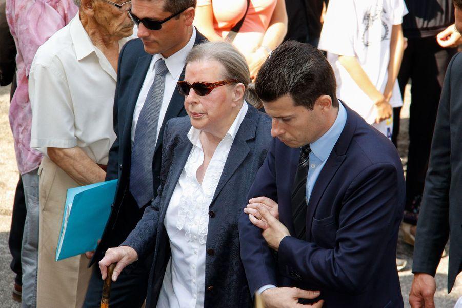 Jeanne Joly, l'épouse de Charles Pasqua, accompagné par l'un de ses petits-fils