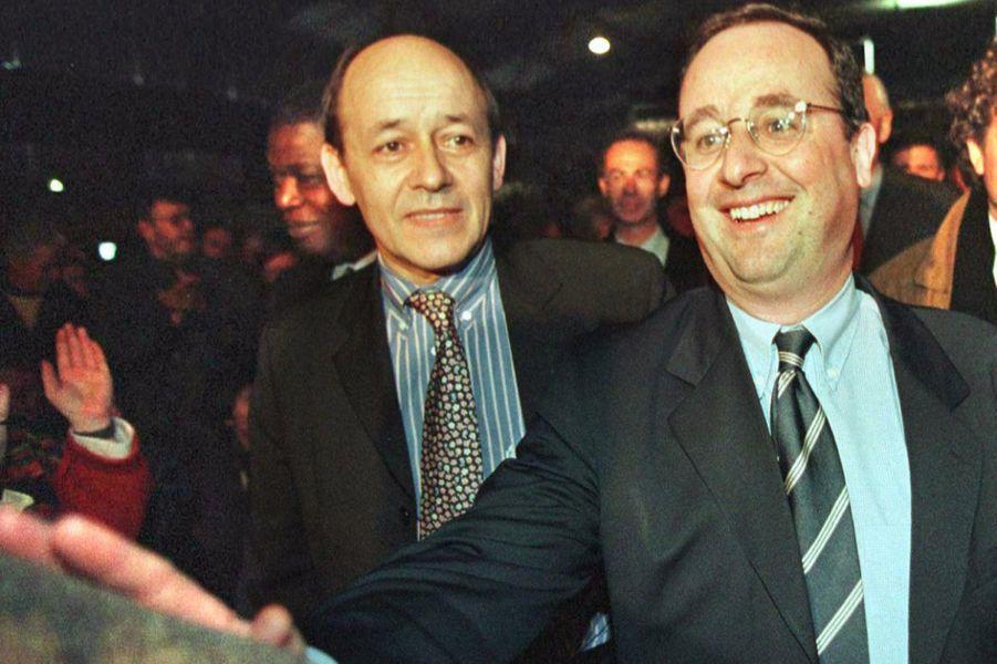 Le député-maire de Lorient Jean-Yves Le Drian (G), tête de liste de la gauche, accueille le premier secrétaire du Parti socialiste Francois Hollande en 1998.