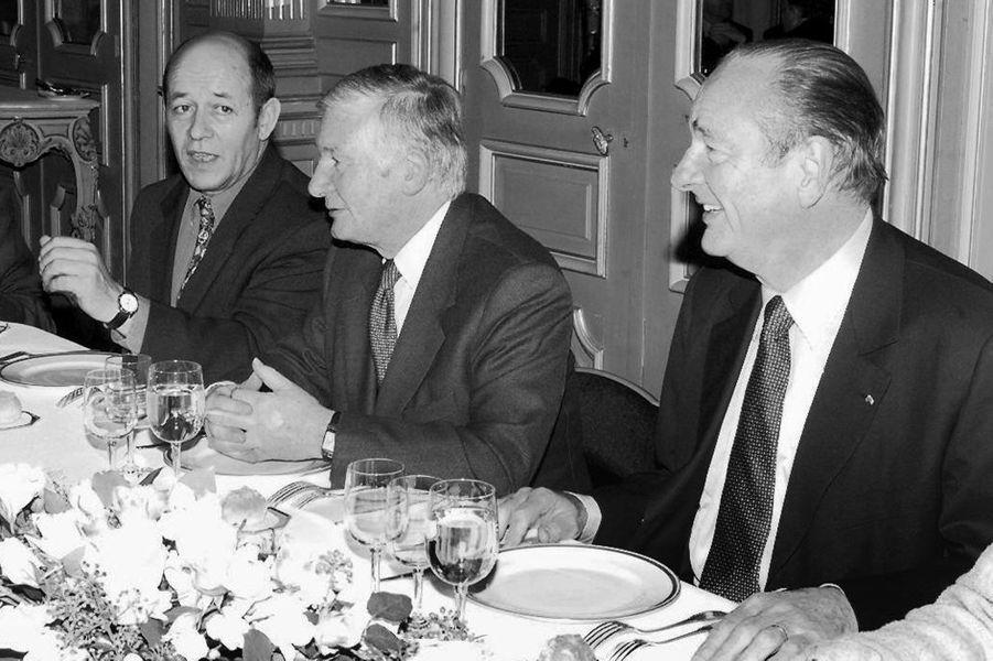 Le président de la République Jacques Chirac (D) s'entretient, le 04 décembre à Rennes, avec le président de la région Bretagne, Josselin de Rohan (2eD) et le maire socialiste de Lorient, Jean-Yves Le Drian, lors d'un déjeuner dans le cadre de sa visite dans la région, en 1998.