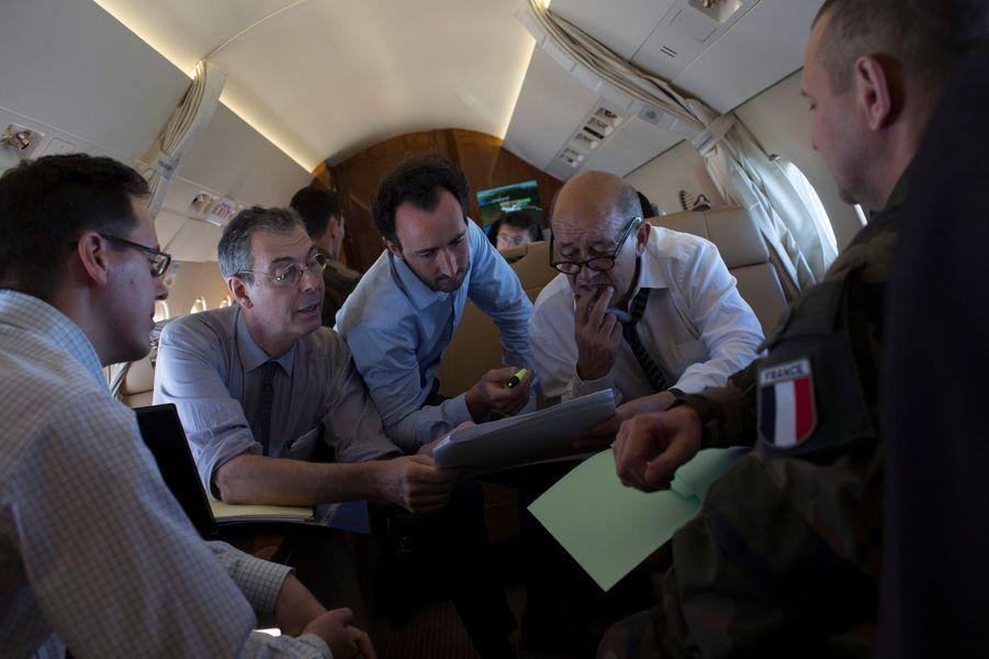 Afghanistan, 17 juillet 2012 --- Le nouveau ministre de la Défense français, Jean-Yves LE DRIAN, s'est rendu à Kaboul pour organiser le retrait des troupes françaises ; Ici, Débriefing autour de Jean-Yves Le Drian (de face à droite) avant l¿atterrissage à Kaboul, il est entouré de Jean-Claude MALLET, son plus proche conseiller, Nicolas ROCHE, conseiller diplomatique, Sacha MANDEL, conseiller presse, et le colonel DURIEUX.