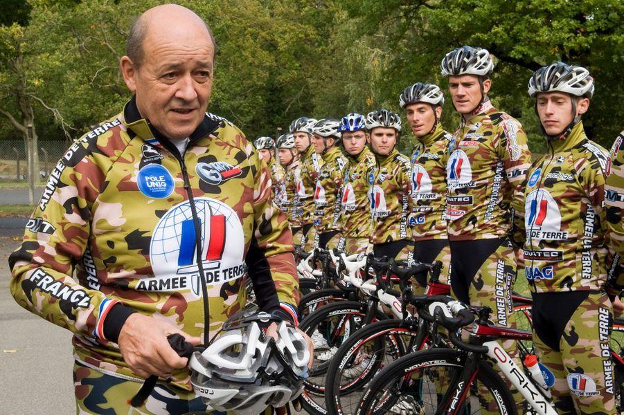 France, 15 octobre 2012 --- Le ministre de la Défense, Jean-Yves LE DRIAN, en treillis militaire, participe à l'entrainement de l'équipe cycliste de l'Armée de Terre à Montlhéry. L'équipe créée en 2010 compte 20 cyclistes. Jean-Yves Le Drian est un amateur de vélo, il a parcouru ce jour 35 km en une heure trente.