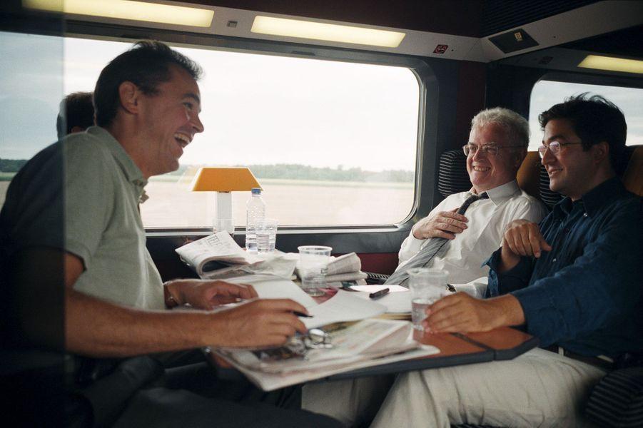 Septembre 2000 : avec ses conseillers Pierre Guelman (au premier plan), Aquilino Morelle et, contre la vitre... Manuel Valls