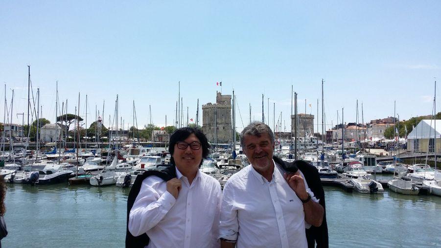 Jean-Vincent Placé pose à La Rochelle avec Jean-François Fountaine, maire de la ville et, selon le sénateur écologiste, «digne successeur de Michel Crépeau», dont lui-même fut un proche collaborateur.