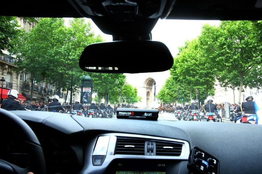 Les politiques ont accepté de se prêter à l'expérience de Ma France en photo, pour prendre part au plus grand album photo de France.Ici, François Hollande prend un cliché à bord de sa Citroën DS5, juste avant le début du défilé militaire du 14-Juillet.