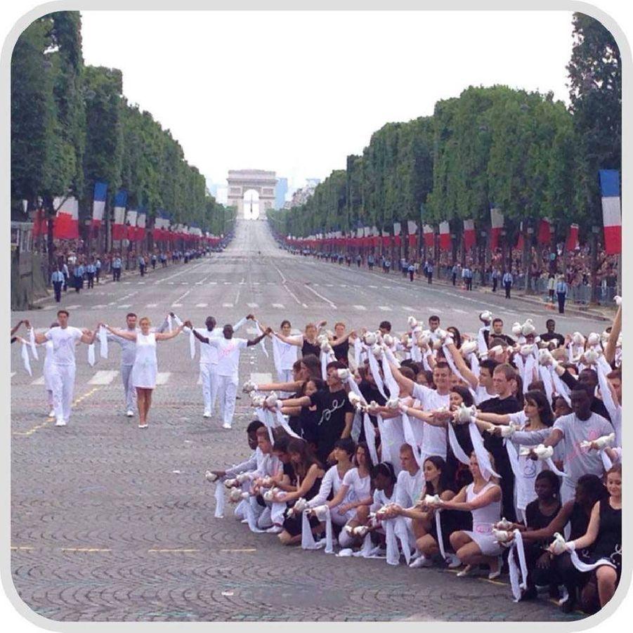 Depuis la tribune, la ministre de la Jeunesse et des Sports, Najat Vallaud-Belkacem, a pu photographier le lâcher de colombes à la fin du défilé.
