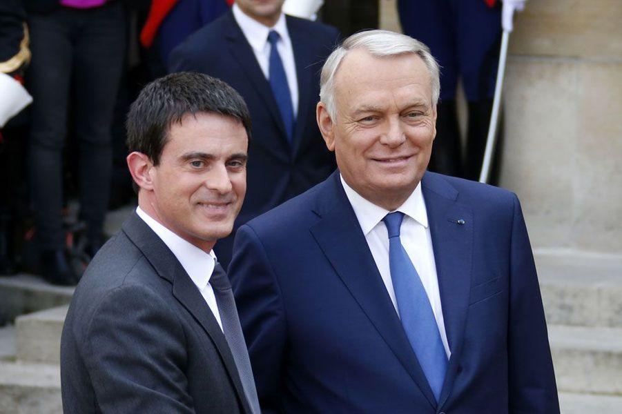«Monsieur le Premier ministre, cher Manuel... Une nouvelle étape commence», a lancé Jean-Marc Ayrault. Premier ministre, «c'est une tache éprouvante, exigeante (...) mais en même temps exaltante» a poursuivi celui qui a dirigé le gouvernement pendant 22 mois.