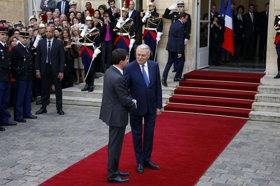 Jean-Marc Ayrault a été très applaudi par les personnels de Matignon. Manuel Valls, lui, a rendu hommage à Jean-Marc Ayrault. «Nous avons bien travaillé», a-t-il dit. «C'est avec beaucoup d'émotion que je retrouve l'hôtel de Matignon», a poursuivi le nouveau Premier ministre. Conseiller de Michel Rocard puis de Lionel Jospin, Manuel Valls connaît bien la maison.