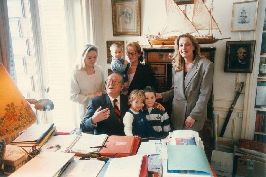 Jean-Marie Le Pen en famille chez lui dans sa maison du parc de Montretout à Saint Cloud, en 1995 : dans son bureau, autour de lui, ses trois filles et ses petits-enfants, de gauche à droite : Marie-Caroline, 35 ans à l'époque ; Yann, 31 ans avec son fils Romain, 18 mois, et, devant elle, sa fille Marion, 5 ans; Quentin, 7 ans, fils de Marie-Caroline; Marine, 27 ans.