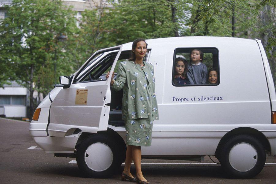 Avril 1992 : Ségolène Royal pose pour Match avec Clémence, Julien et Thomas devant un véhicule électrique