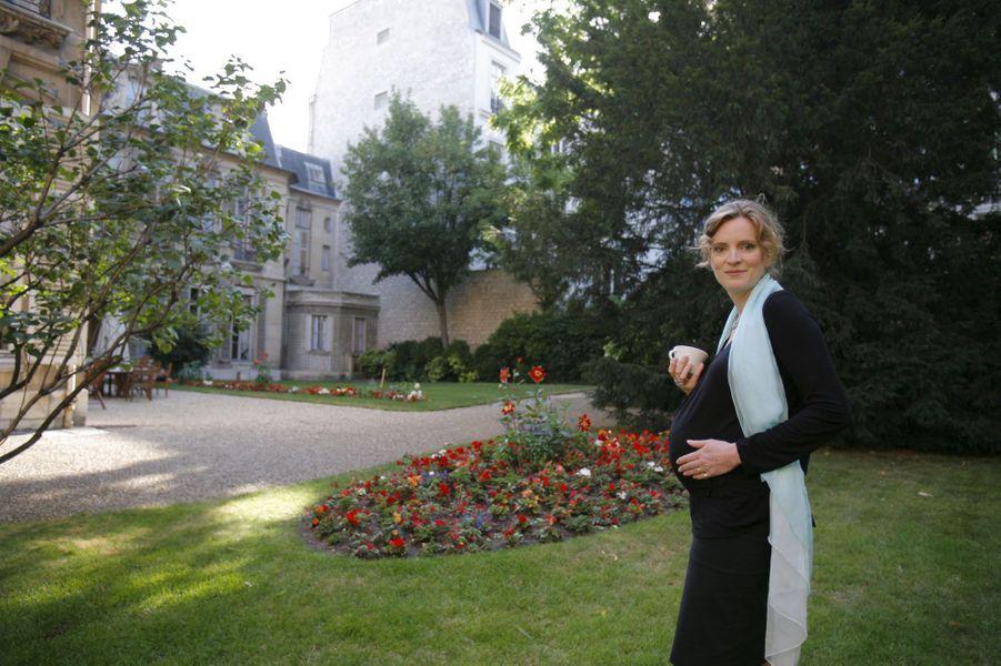 Juillet 2009 : Nathalie Kosciusko-Morizet dans les jardins de son secrétariat d'Etat