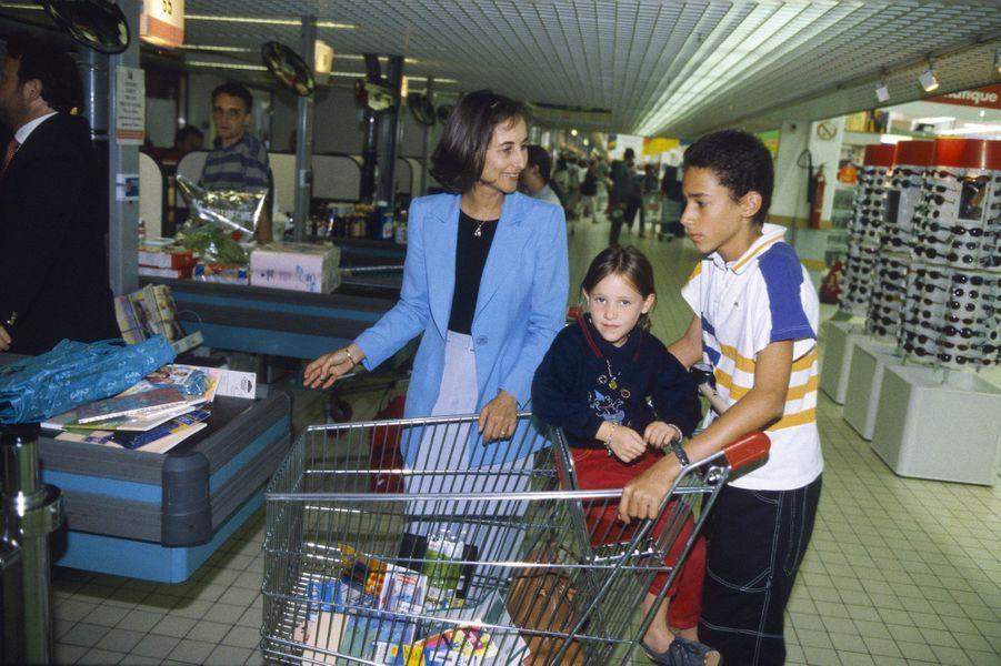 Ségolène Royal, ministre déléguée à l'Enseignement scolaire, avec deux de ses enfants, Flora et Thomas, en 1998