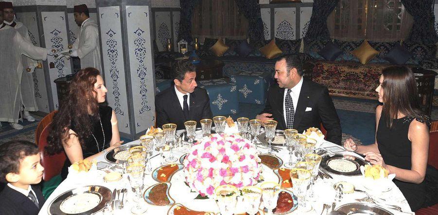 Nicolas Sarkozy et Carla accueillis par le roi, la princesse Lalla Salma et le jeune prince Moulay Hassan en 2009