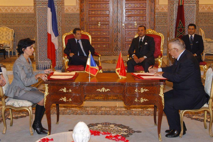 Sous le regard du roi et de Nicolas Sarkozy, Rachida Dati et son homologue marocain Abdelwahed Radi en 2007