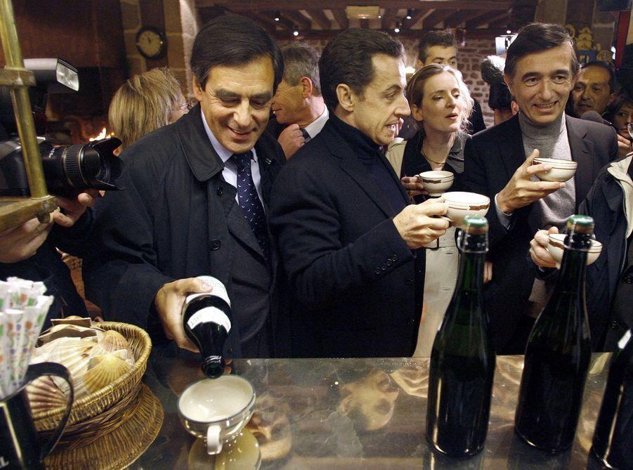 François Fillon sert un bol de cidre, aux côtés de Nicolas Sarkozy, Nathalie Kosciusko-Morizet et Philippe Douste-Blazy