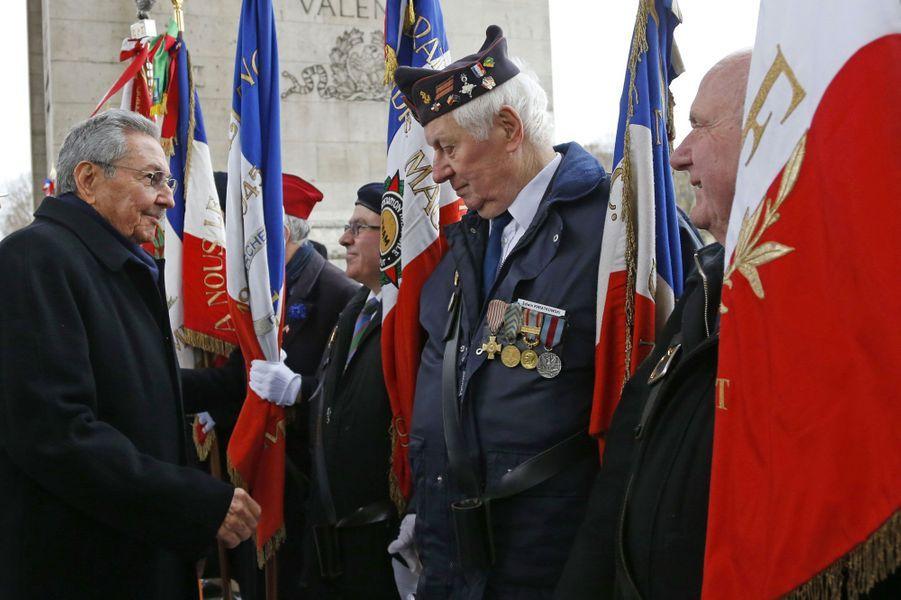 Raul Castro au pied de l'Arc de Triomphe
