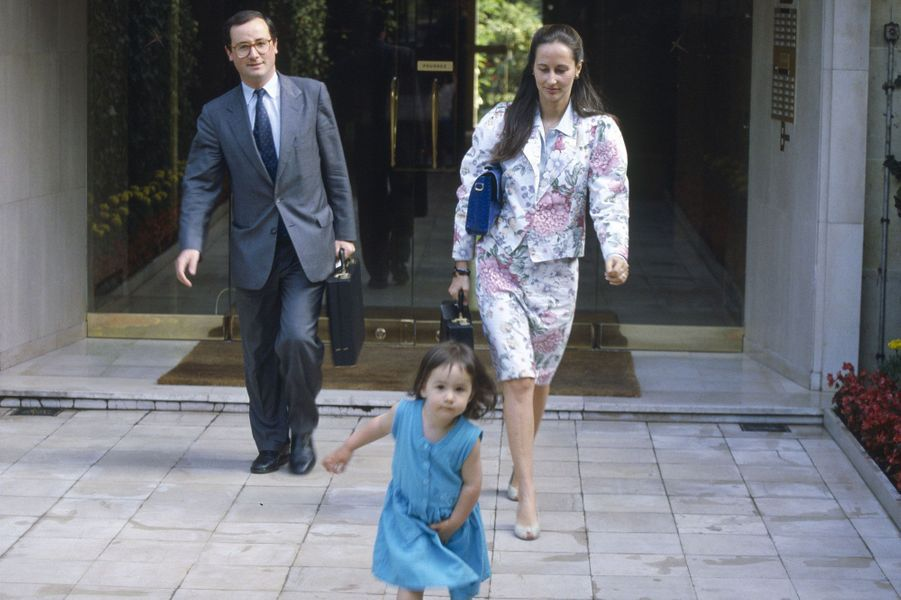 Juin 1988 : devant chez eux à Neuilly, avec Clémence, 2 ans