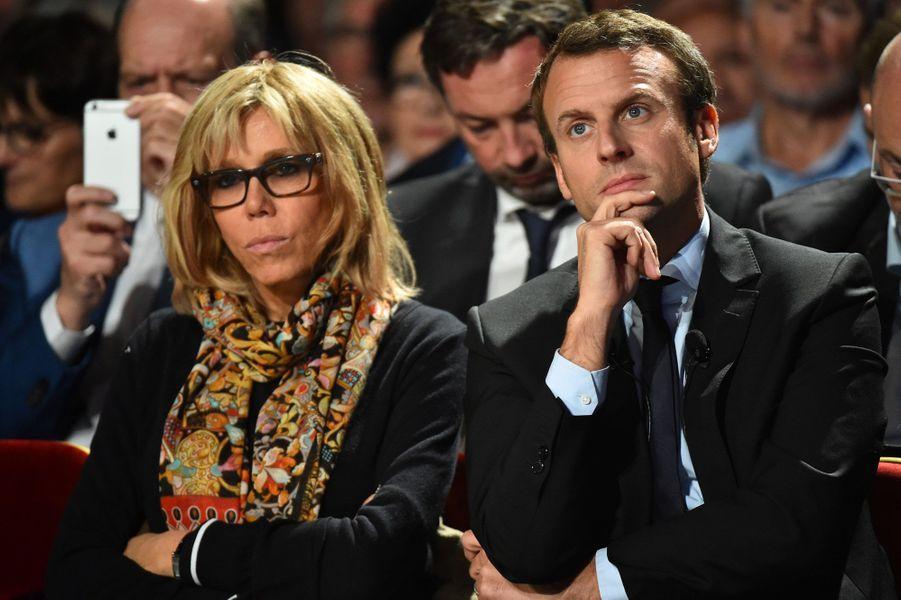 Brigitte Macron est désormais aux côtés de l'ex-ministre, au premier rang dans ses meetings, comme ici le 11 octobre, au Mans, et prête à le défendre devant la presse.