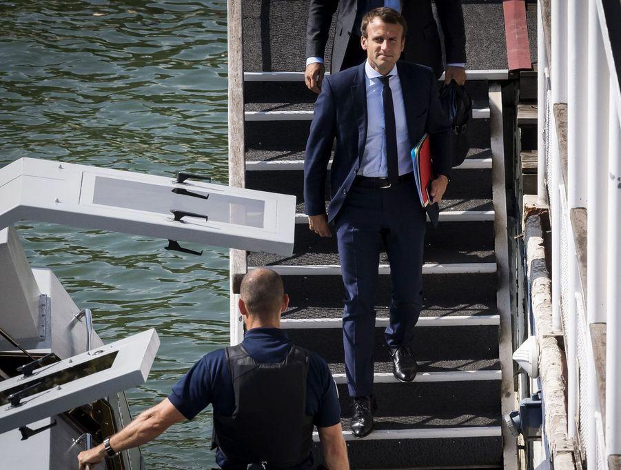 Le 30 août 2016, le ministre de l'Economie démissionne. Il est suivant à la trace par les objectifs lorsqu'il embarque à bord de la vedette fluviale à Bercy pour se rendre à l'Elysée.