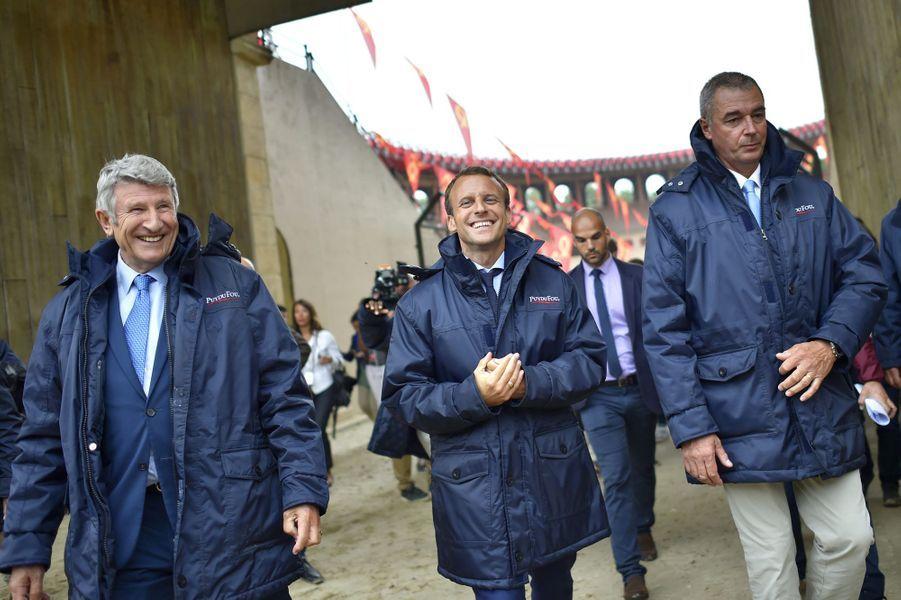 Le 19 août 2016, Emmanuel Macron choisit de visiter Le Puy du Fou et son ultra-droitier fondateur, Philippe de Villiers. Il déclare : «L'honnêteté m'oblige à vous dire que je ne suis pas socialiste».