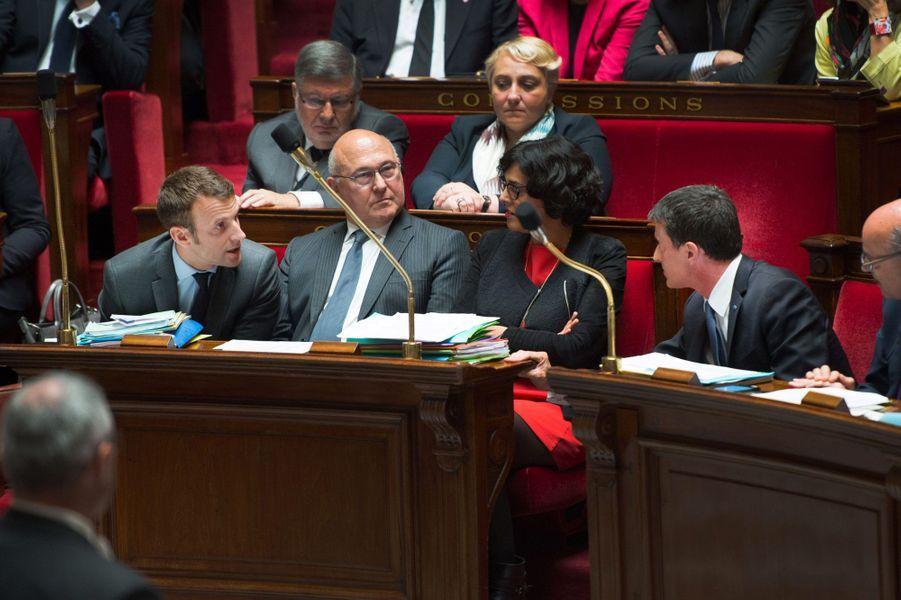 10 mai 2016, dans l'Hémicycle du Palais-Bourbon. Manuel Valls, manifestement énervé, échange avec son ministre de l'Economie. L'échange, capturé par les caméras sans son, paraît symbolique des tensions entre les deux hommes.
