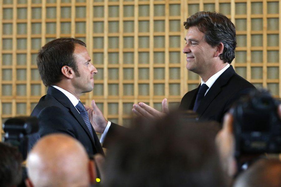 Le 27 août 2014, passation de pouvoir à Bercy entre Emmanuel Macron et Arnaud Montebourg. C'est aussi le symbole d'une ligne sociale-libérale désormais assumée.