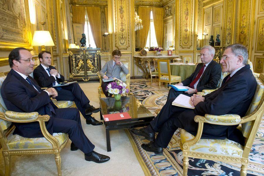 Le 4 avril 2014, Emmanuel Macron est aux côtés du Président lors d'une réunion avec les dirigeants d'Europlace, Gérard Mestrallet (à droite) et Arnaud de Bresson.