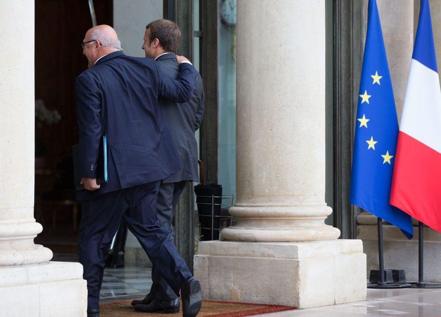 Michel Sapin et Emmanuel Macron lors du premier conseil des ministres après l'entrée au gouvernement de l'ex-banquier, le 27 août 2014. Sapin est aujourd'hui l'un des critiques les plus acerbes de son prédécesseur.