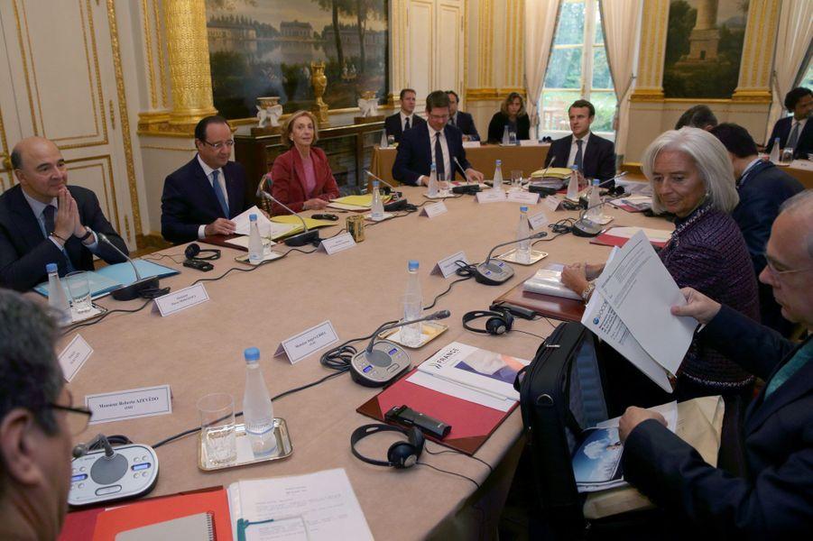 8 novembre 2013, Emmanuel Macron, conseiller du président, à la table des grands lors d'une réunion à l'Elysée avec Christine Lagarde, directrice générale du FMI, et Angel Gurria, secrétaire général de l'OCDE.