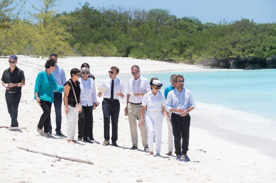 Emmanuel Macrona passé près de deux heures sur cette plage de sable blanc, aux eaux d'un bleu translucide.