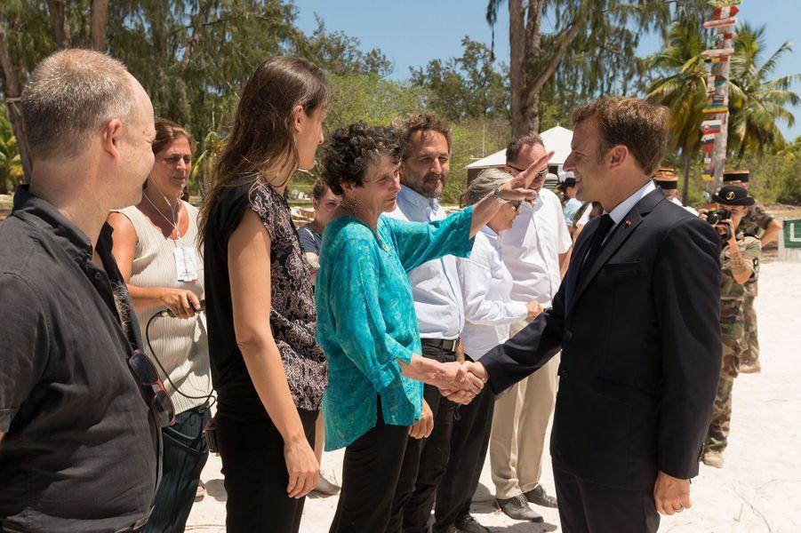Emmanuel Macron a rencontré plusieurs scientifiques -dont Isabelle Autissier, présidente du WWF, qu'il salue.