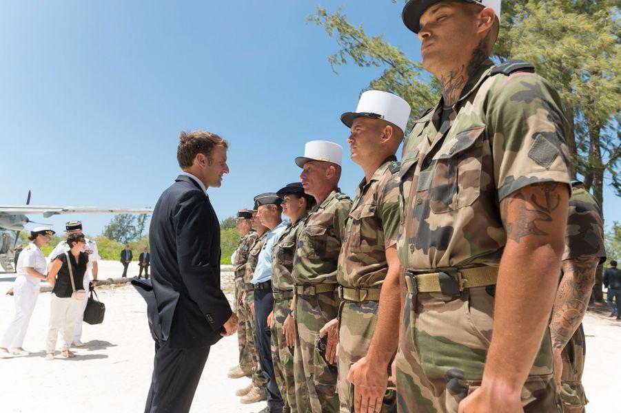 A Grande Glorieuse, le chef de l'Etat saluant les troupes à demeure, soit 14 légionnaires et un gendarme.